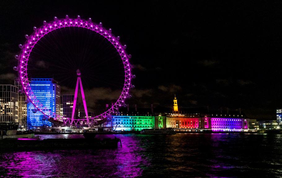 Il London Eye compie 20 anni, si illumina di rosa e cambia main partner