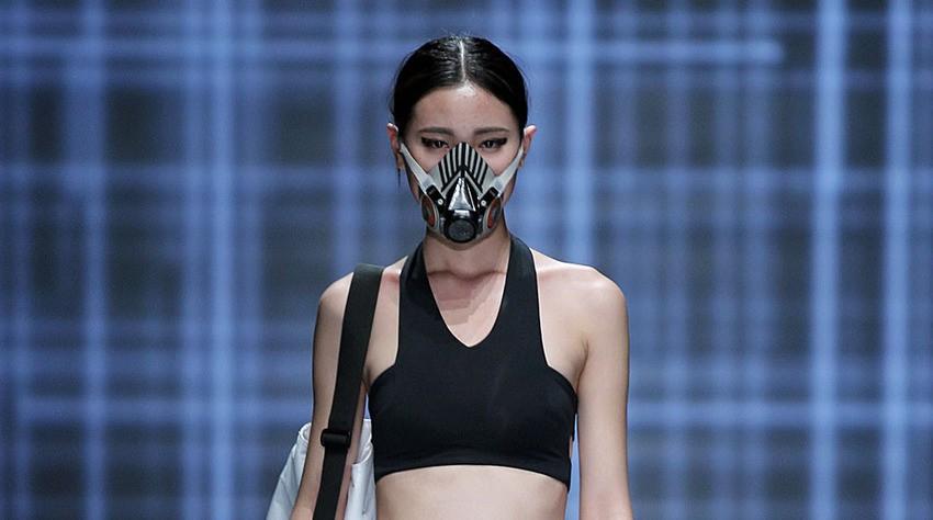 sfilata di moda con le mascherine