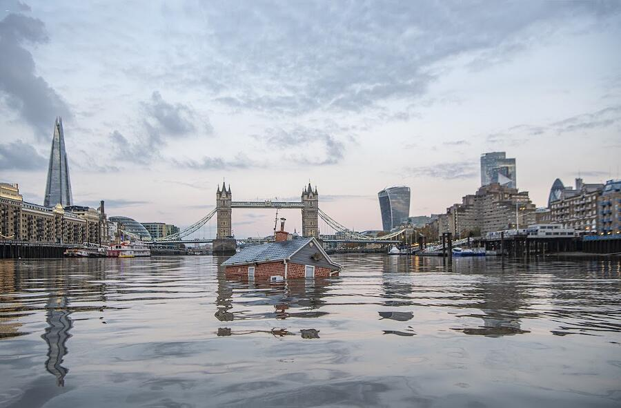 artisti per il clima, opere d'arte sul cambiamento climatico, casa che affonda nel tamigi